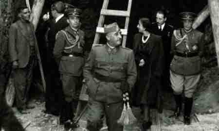 Franco visitando las obras del Valle de los caídos junto a su esposa, Carmen Polo
